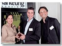 Dany Bonnet (Agence de la biomédecine) et Frédéric Fournier (Optimus) ont reçu le Trophée Marketing relationnel des mains de Roger Lei (LaSer).