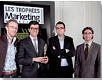 Frédéric Montagnon (Nomao), François Garcia et Maxime Garigue (X-Prime iD) ont reçu le Trophée Créativité médias des mains d'Albert Asséraff (JCDecaux).