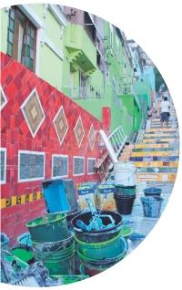 Rio de Janeiro, quartier de Santa Theresa. Peinture d'une rue par les habitants et les artistes locaux, réalisée en mars dernier.