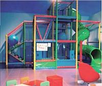 Les boutiques proposent un choix très vaste (4000 références par an) et comportent des espaces de jeux pour les jeunes enfants.