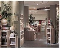 Nature & Découvertes: Entre l'odeur de cèdre d'Esteban et les musiques d'oiseaux dans le magasin, les points de ventes Nature & Découvertes célèbrent le calme et le bien-être.
