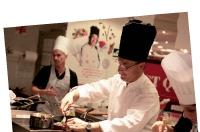 Le chef Laurent Clément affronte des cuisiniers amateurs au BHV rivoli (Paris).