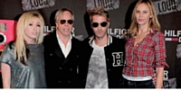 Tommy Hilfiger, son épouse et les membres de The Ting Tings pour le lancement de Loud à Berlin.