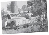 C'est avec l'arrivée de la 4 CV dans les années cinquante, que l'on assiste aux vrais départs en vacances.