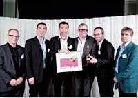L'agence Equal, pour Samsung Electronics France, a reçu le Trophée Etudes des mains de François Laurent (Adetem), à droite.