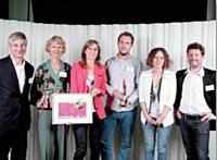 L'agence Havas City, pour Monoprix, a reçu le Trophée Design produit des mains de Yan Claeyssen (AACC), à droite.