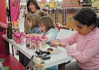 Vahiné fait découvrir ses nouvelles gammes en apprenant la pâtisserie aux enfants.