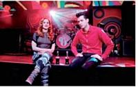 Conçue pour un public jeune, la publicité Coca-Cola met en scène une prestation live de Mark Ronson et de Katy B, aux côtés d'athlètes internationaux.