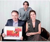 L'équipe de Womenology.fr a reçu le Trophée Etudes des mains de François Laurent, président de l'Adetem, debout.