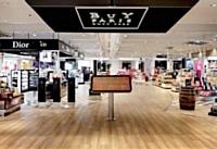 Le nouveau concept de BuY Paris emprunte les codes du grand magasin et du chic parisien. Il offre aussi une quinzaine de références MDD.