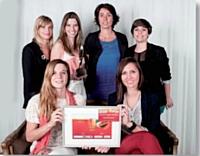 L'agence Dagobert, pour Cacharel, a reçu le Trophée Marketing digital des mains de Sophie Poncin, directrice de la régie d'Orange, Adverting Network, au centre.
