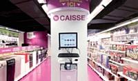 Le distributeur inaugure sans relâche des magasins où l'on trouve les produits du catalogue aux prix du Web.