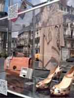 Le QR code relie la réalité au virtuel, comme dans cette vitrine, conçue par eBay, fixée sur une voiture.