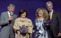 La délégation française d'Esomar, co-représentée par Pascale Zobec (à gauche) et Elisabeth Martine-Cosnefroy (à droite), a été élue meilleure représentante de l'année lors du congrès annuel.