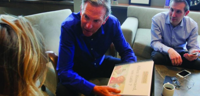 Le PDG de Starbucks tenant le livre contenant les photos des fans de Michel & Augustin.