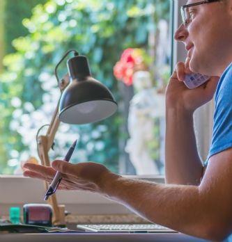 """Nomadisme des collaborateurs : comment réussir sa transition vers le flex-office et le <span class=""""highlight"""">télétravail</span> ?"""