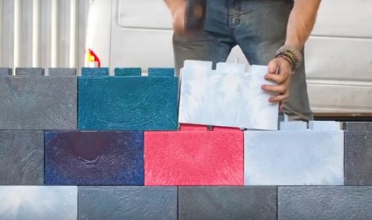 Samji recycle le plastique en briques