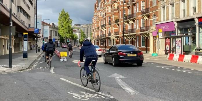 Des pistes cyclables temporaires ont surgi dans les villes du monde entier pendant la pandémie, comme ici à Londres. Texturemaster/Shutterstock