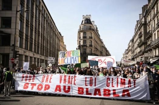 Le 28 mars 2021 à Paris, manifestation pour une ' vraie ' loi Climat. HRISTOPHE ARCHAMBAULT / AFP