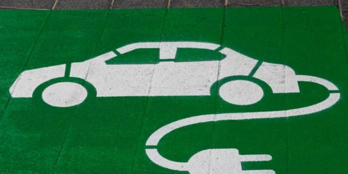 La voiture électrique permet de décarboner en partie les transports, mais le devenir des batteries après leur utilisation reste un problème ouvert. Michael Marais, Flickr, CC BY