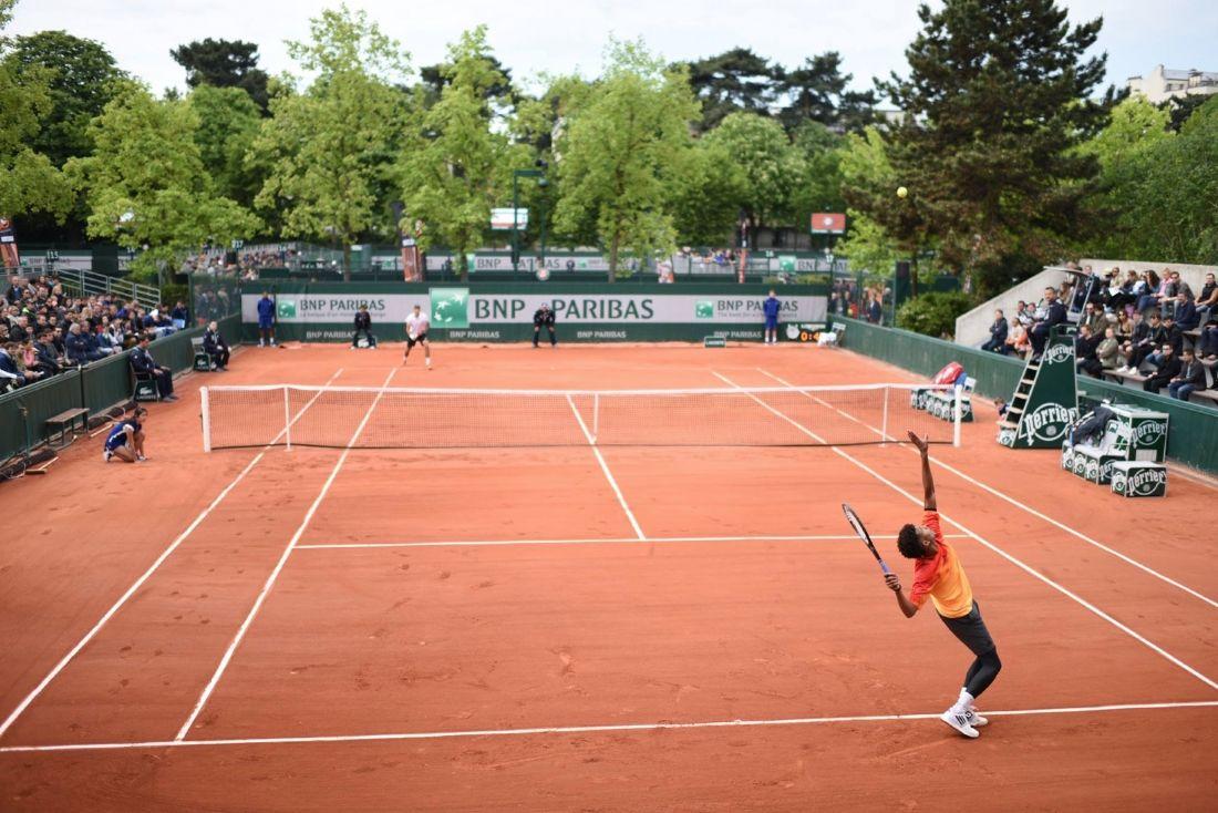 4f3de8b1e7 La banque s'affiche sur les bâches de fond de courts depuis 43 ans. Cette  marque s'est également rendue populaire en soutenant le tournoi de  Roland-Garros, ...
