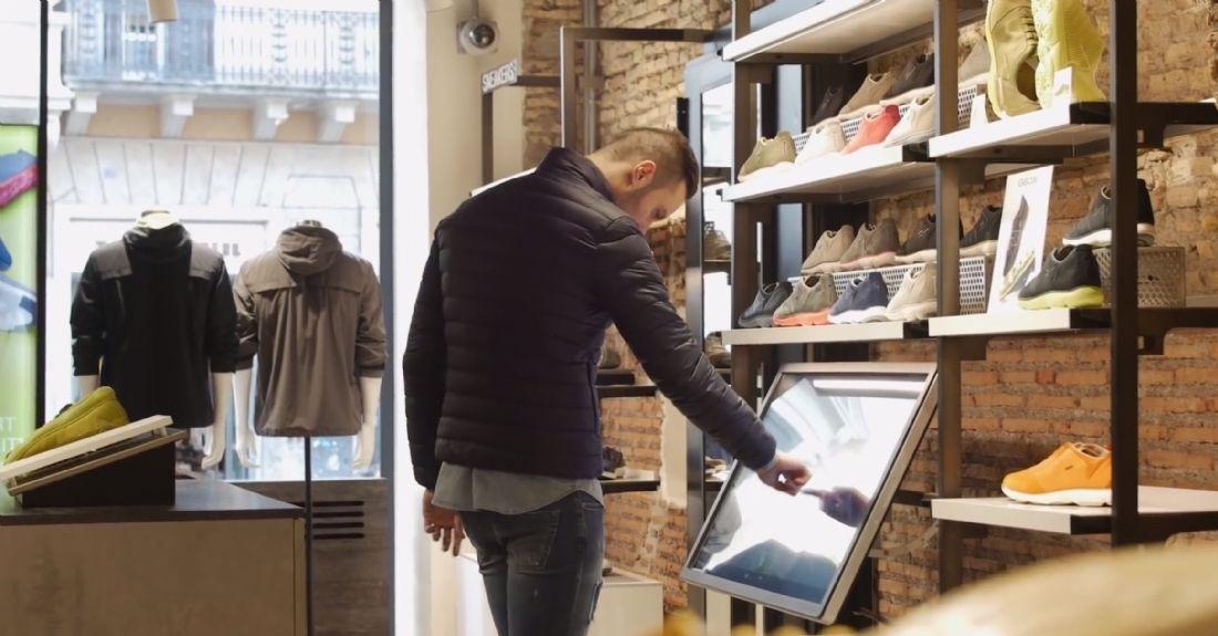 b8cc121714b8f9 Outre des écrans numériques disséminés un peu partout dans les magasins,  des présentoirs interactifs offrent la possibilité aux clients de  personnaliser ...
